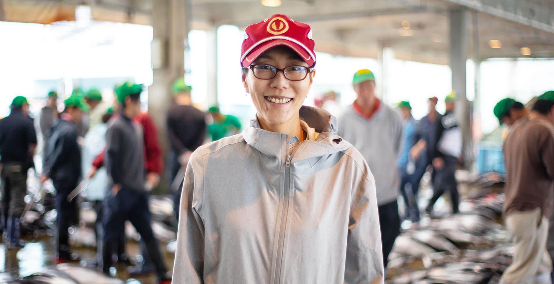 市場にて営業部久保智子さん正面から撮影