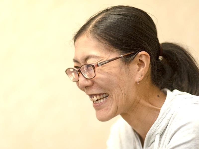 久保智子さんインタビュー中、笑顔で応える様子