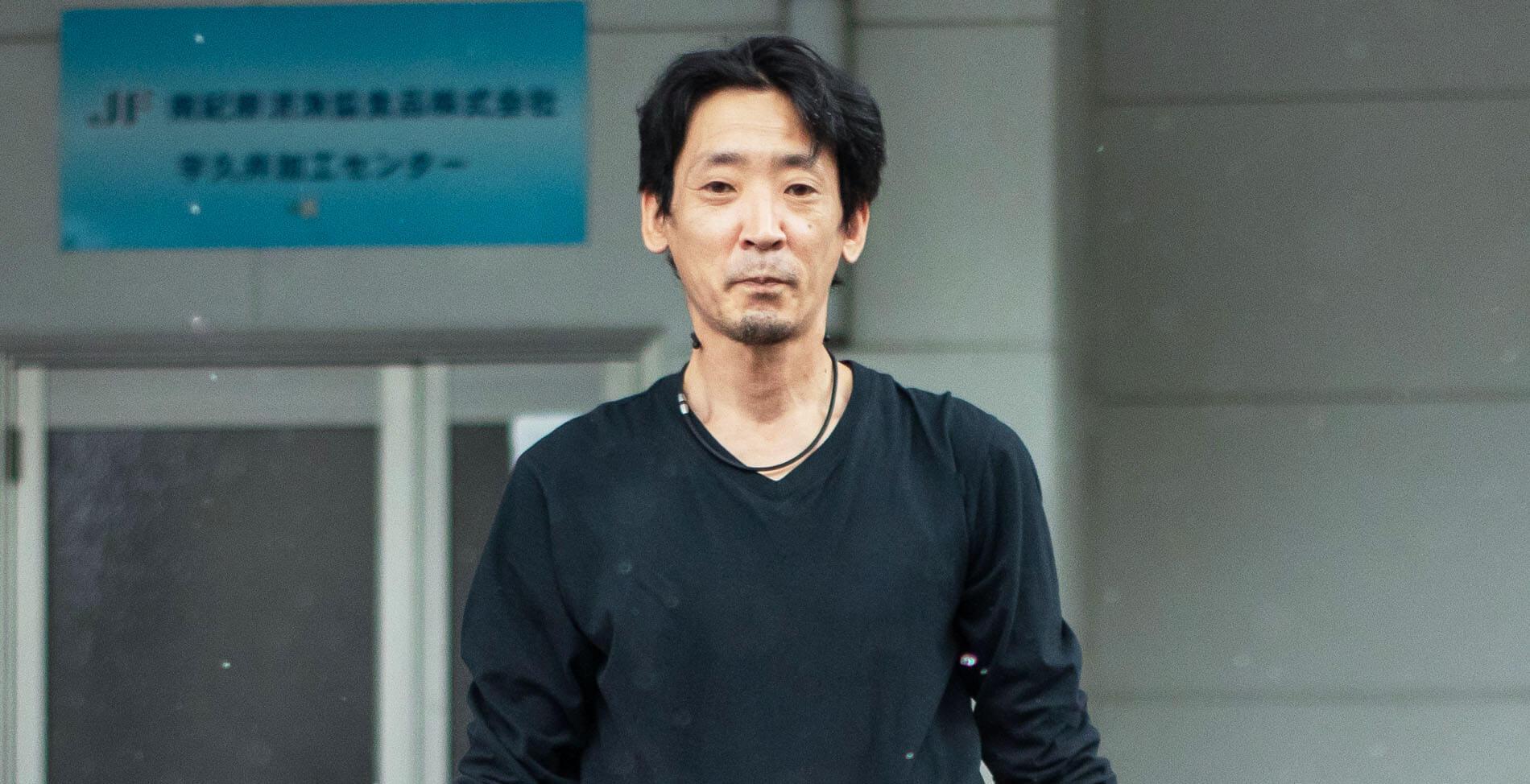 建物外にて取締役/工場長の錦幸司さん、正面から撮影