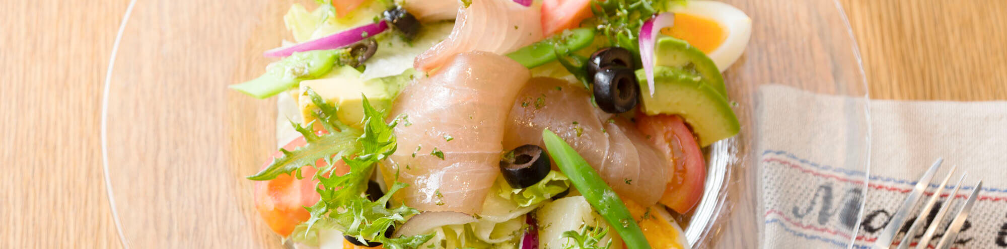 皿に盛られた海の生ハムサラダ
