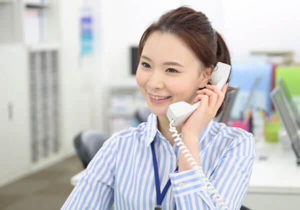 電話に出ている営業担当者